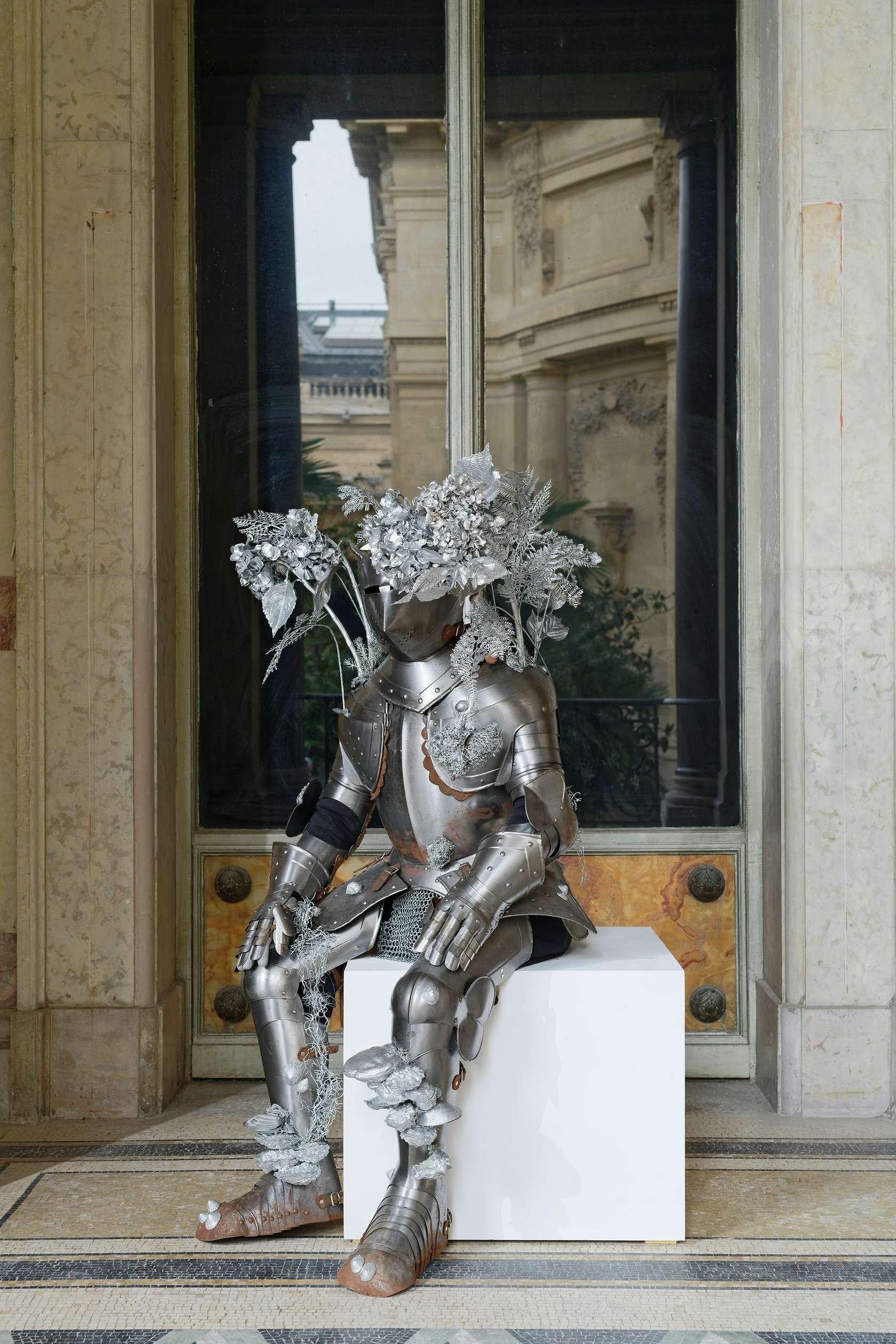 Abraham Poincheval, Le chevalier errant, l'homme sans ici, 2018 Armure, résine peinte, coquillages, tissu et socle en bois200 x 105 x 68 cm / 78 6/8 x 41 3/8 x 26 6/8 inches