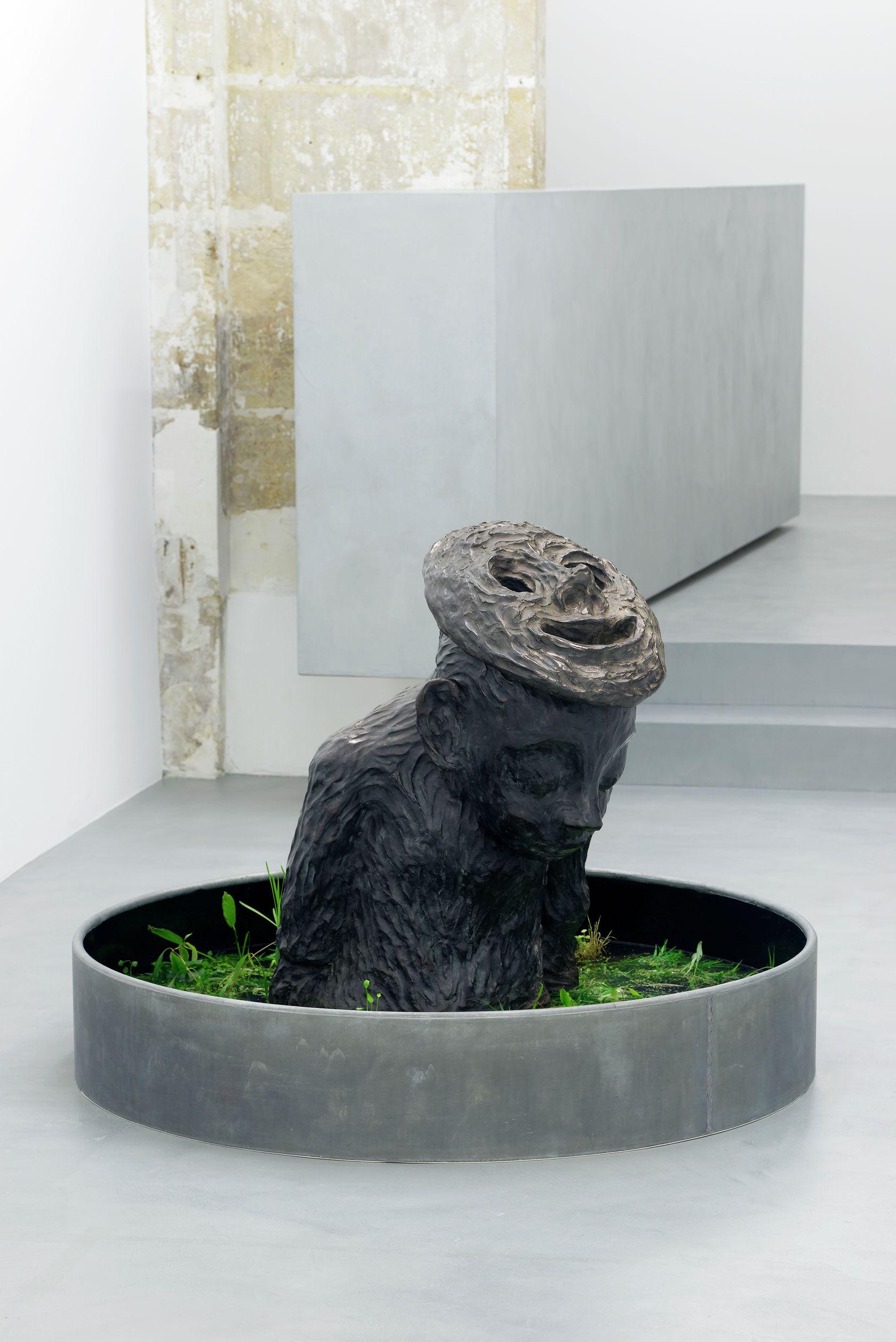 Françoise Pétrovitch, Île, 2016 Bronze et bassin en zinc végétalisé - Édition de 5 + 2 EA95 × 130 cm / 37 3/8 × 51 1/8 in.