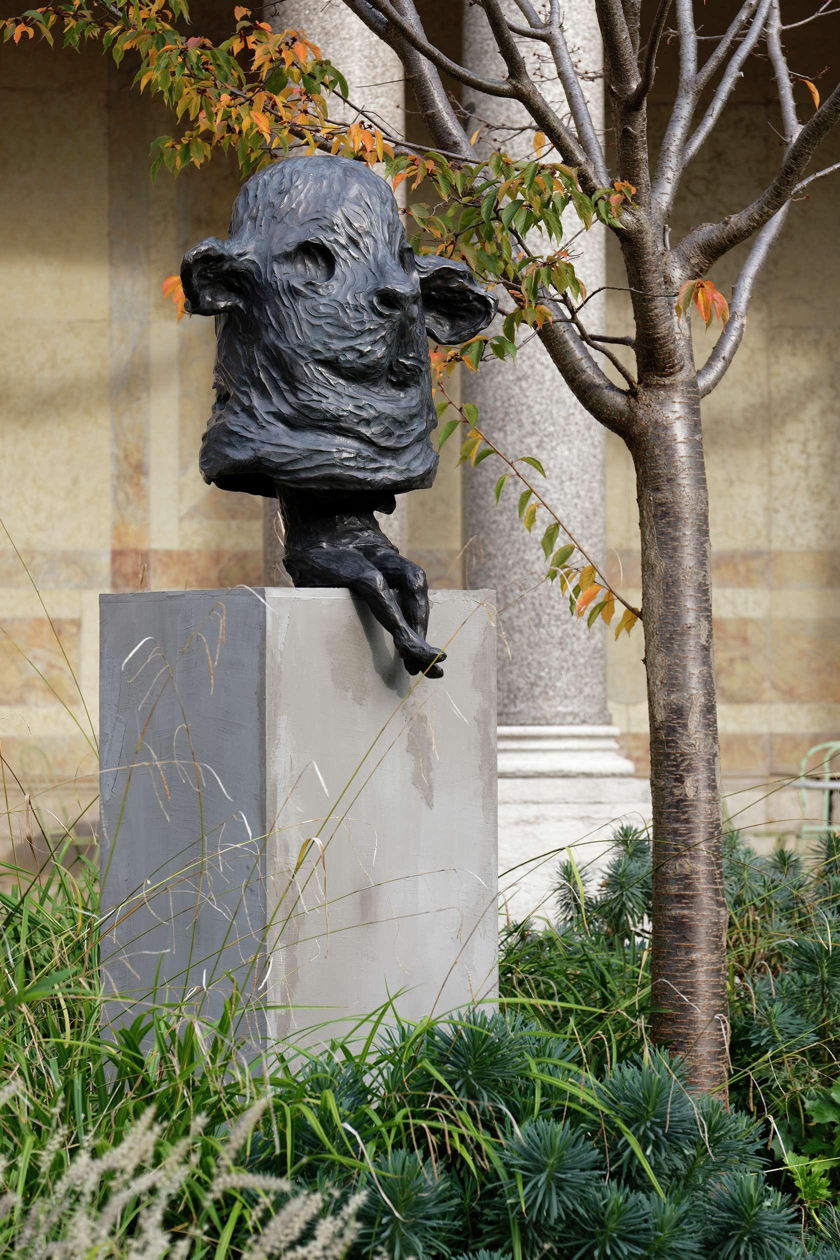 Françoise Pétrovitch, Sentinelle, 2015 Bronze - Édition de 8 + 4 EA113 × 90 × 57 cm / 44 1/2 × 35 3/8 × 22 1/2 in.