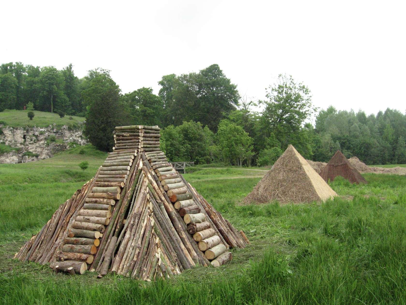 Laurent Le Deunff, Pyramides, 2011 Bois, bûches, bambou, bruyère, paille et tôle300 × 250 × 300 cm / 118 1/8 × 98 3/8 × 118 1/8 in. (chaque/each)