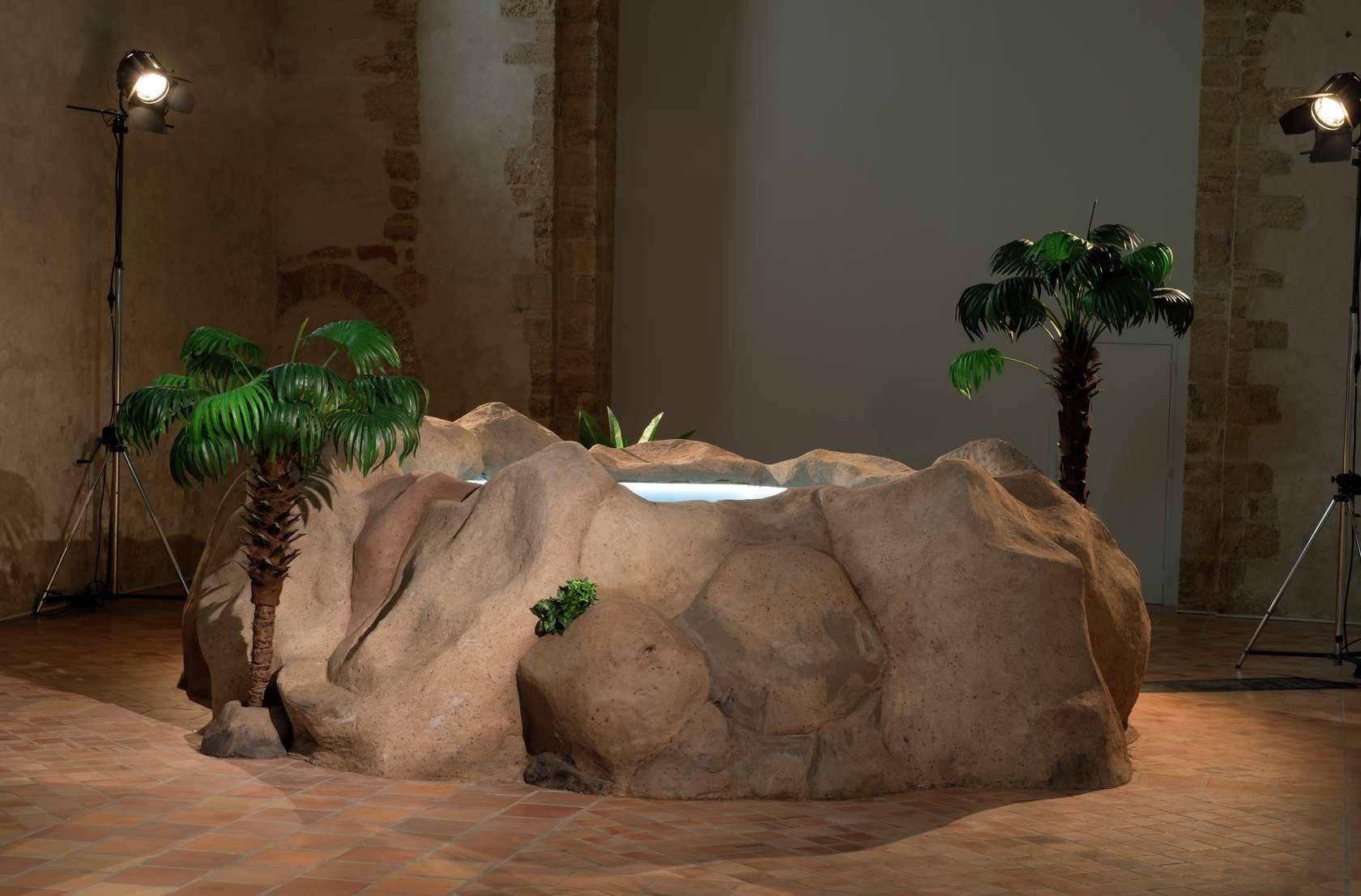 Laurent Le Deunff, Piscine, 2018 Hypertufa, acier, grillage à poule sur piscine hors sol en bois, plantes artificelles et projecteurs280 × 560 cm / 110 2/8 × 220 1/2 in.