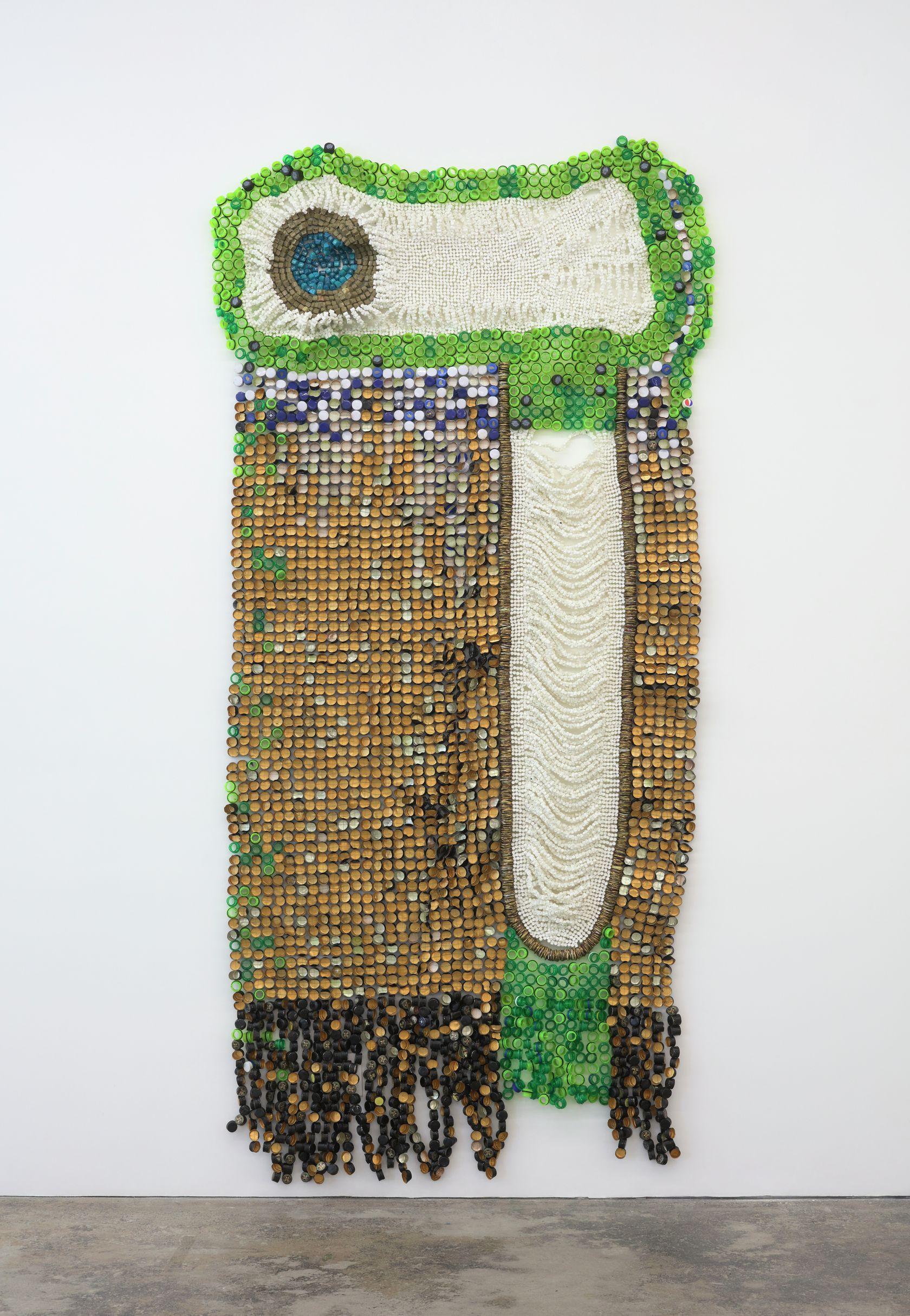 Moffat Takadiwa, Number 8, 2020 Bouchons de bouteille en plastique, bouchons de bouteille en aluminium, bouchons d'aérosol en plastique, touches de clavier en plastique298 × 143.5 × 10 cm / 117 3/8 × 56 1/2 × 3 7/8 in.