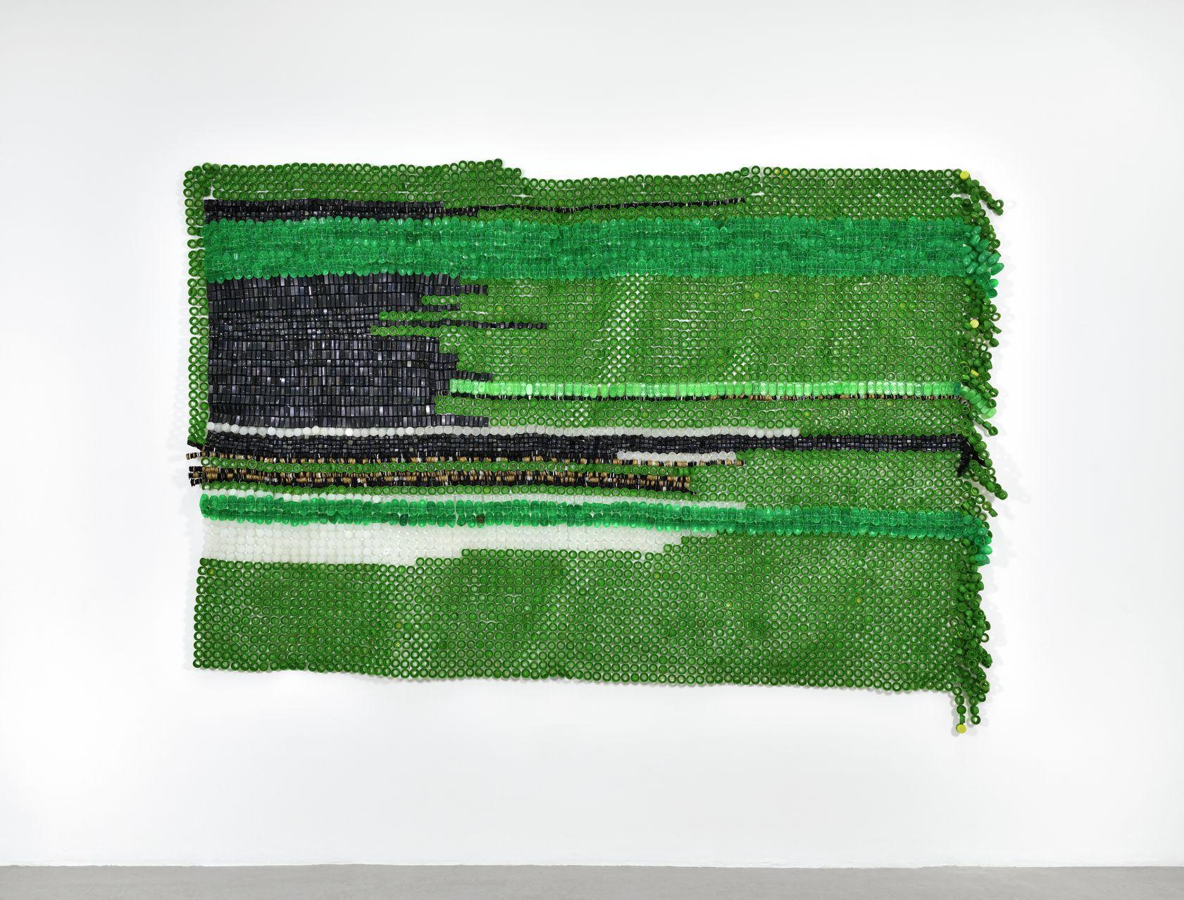 Moffat Takadiwa, Hashtag this flag, 2020 Touches de clavier en plastique, bouchons de bouteille en plastique193 × 310 cm / 76  × 122  in.