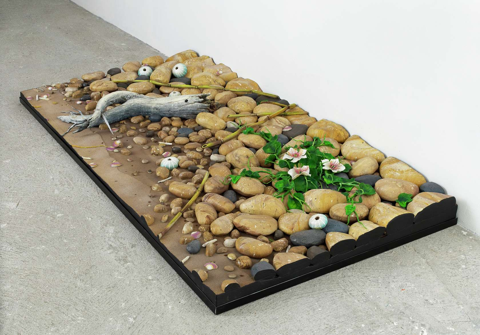 Piero Gilardi, Spiaggia con pino e capperi, 2010 mousse de polyuréthane100 x 200 x 20 cm / 39 3/8 x 78 6/8 x 7 7/8 inches