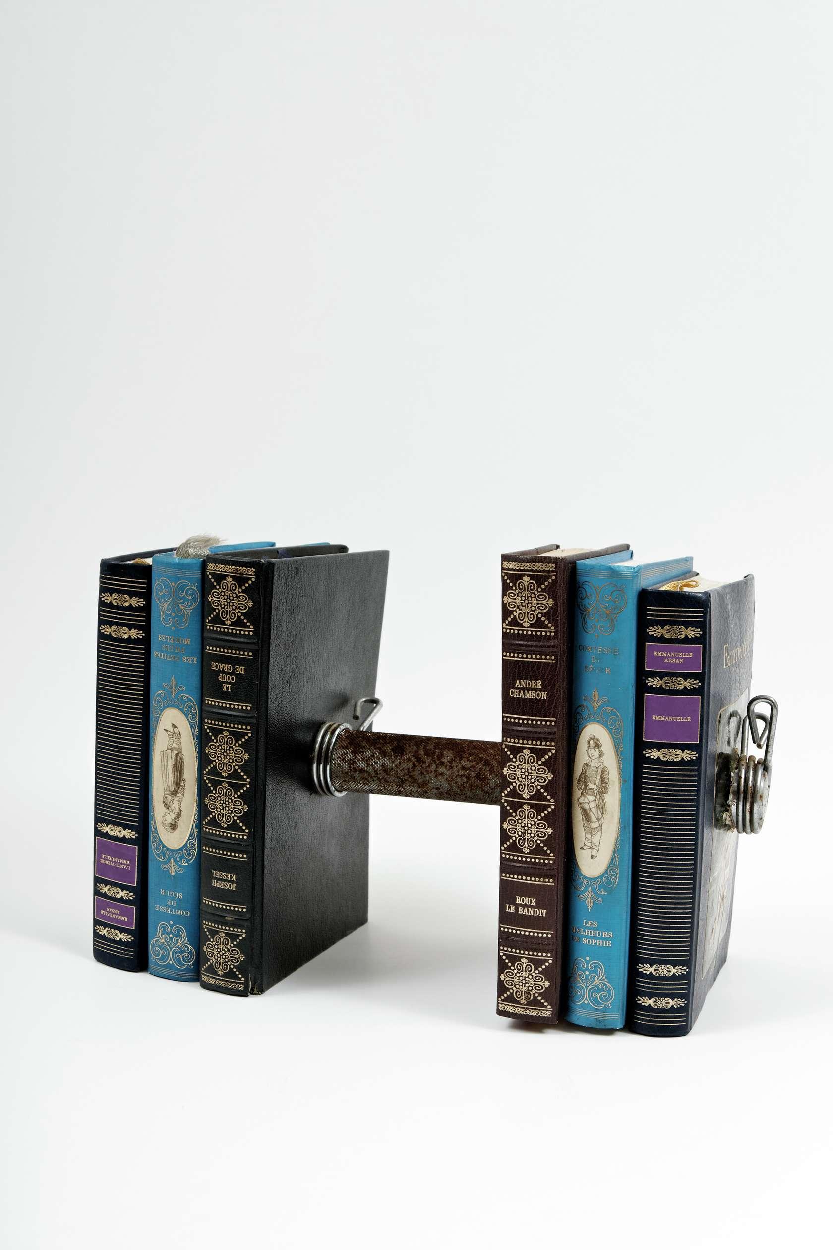 Présence Panchounette, Le poids des mots, 1982 Barre d'haltère et livres19 × 28.5 × 14 cm / 7 1/2 × 11 2/8 × 5 1/2 in.