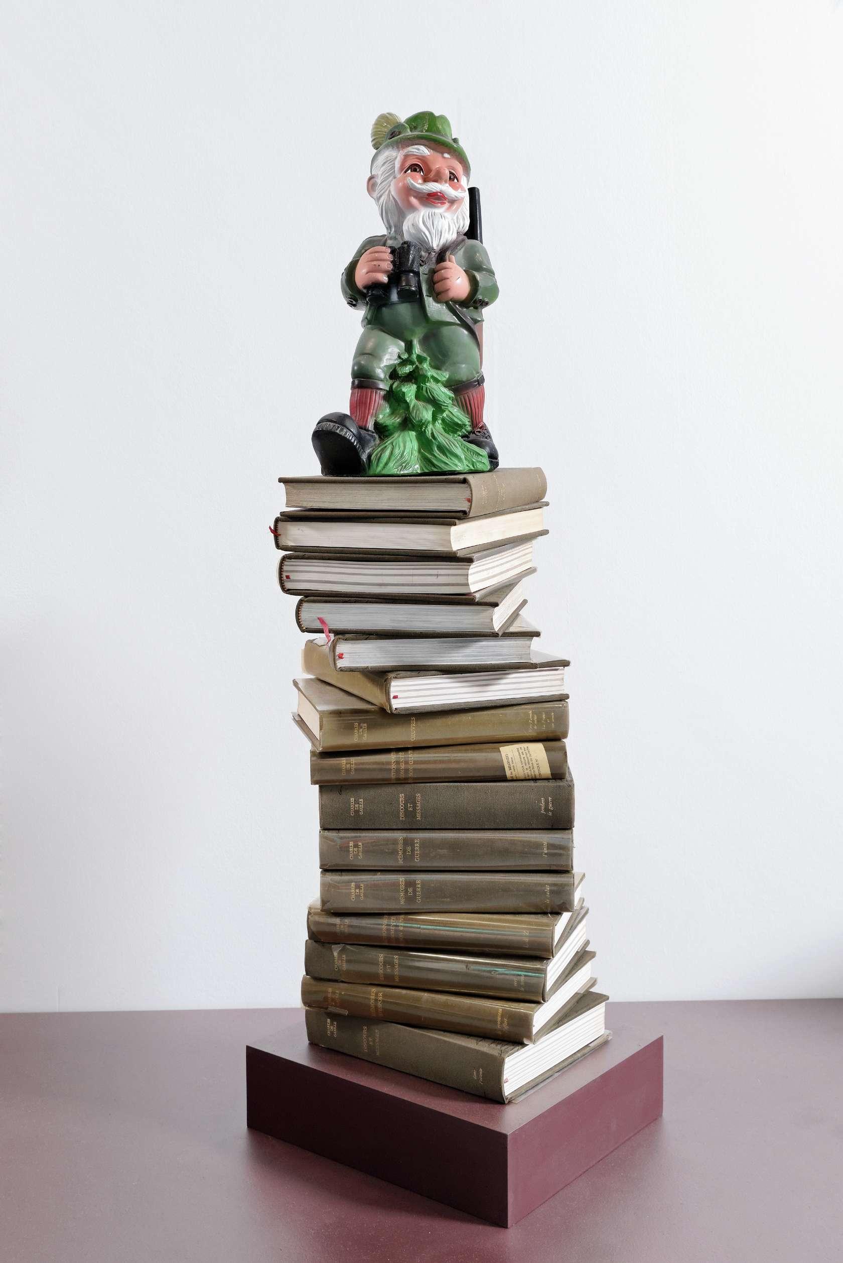 Présence Panchounette, Guerre et paix ou Le grand défi, 1985 Nain en plastique et 15 livres120 x 28.5 x 28.5 cm / 47 2/8 x 11 2/8 x 11 2/8 inches