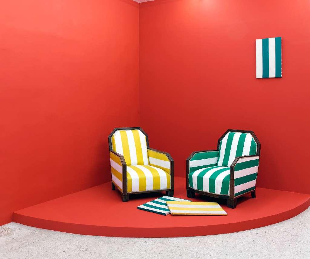 Présence Panchounette, À la manière de la manière deux, 1987 Deux fauteuils tapissés en toile peinte et trois toiles imprimées tendus sur châssis86 × 66 × 66 cm / 33 7/8 × 26  × 26  in.