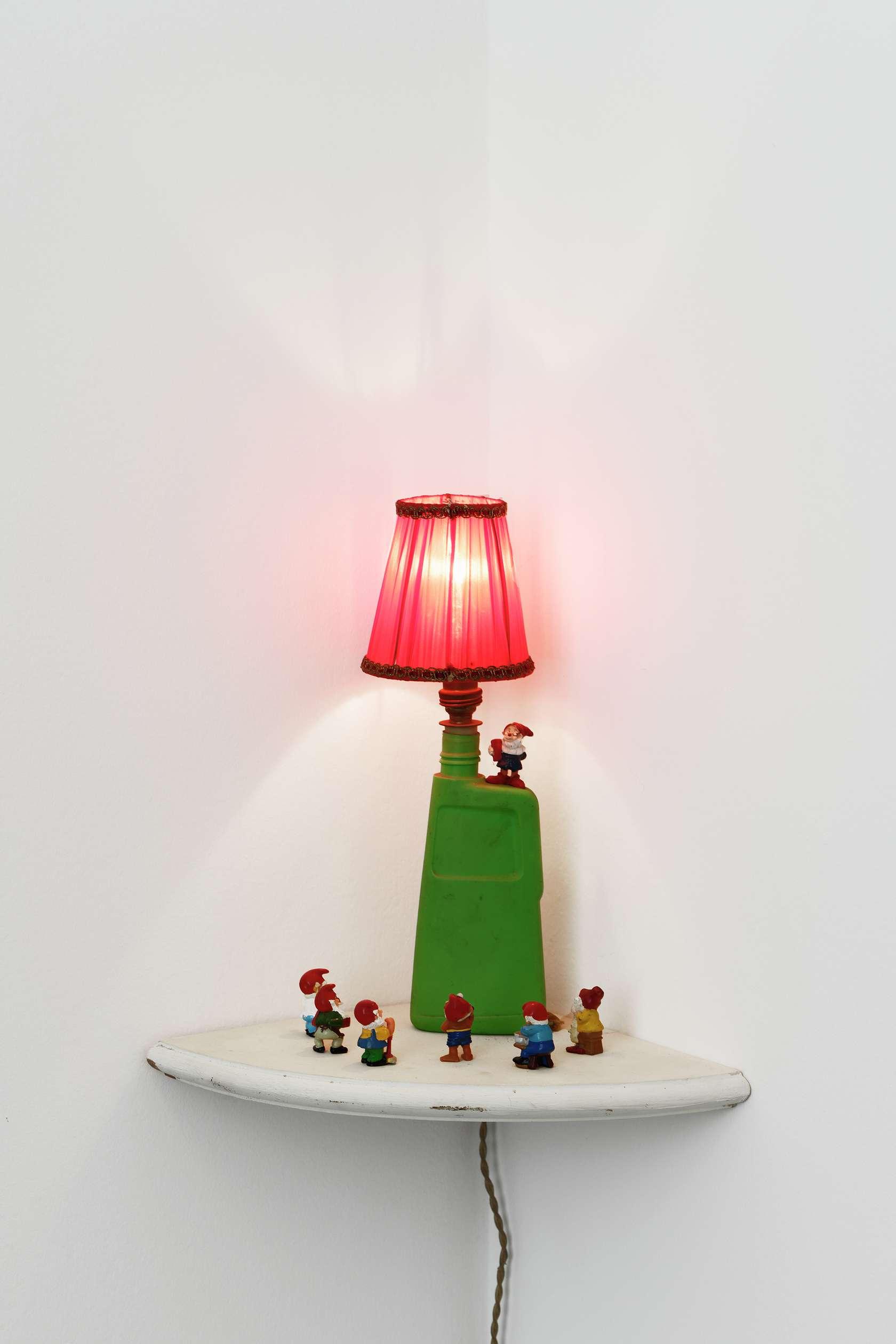 Présence Panchounette, Auch zwerge haben klein angefangen - Les nains aussi ont commencé petit, 1980 Mini bouteille plastique Soupline, douille métal,  ampoule, fil électrique, figurines nains28 × 24 × 24 cm / 11  × 9 1/2 × 9 1/2 in.