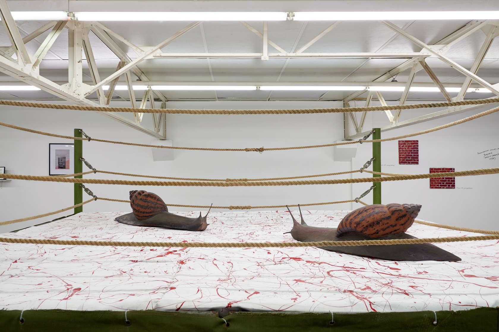 Présence Panchounette, Coups bas libres, 1986 Ring de boxe, bâche peinte, sculptures en bois de Nicolas Damas200 × 395 × 395 cm / 78 6/8 × 155 1/2 × 155 1/2 in.