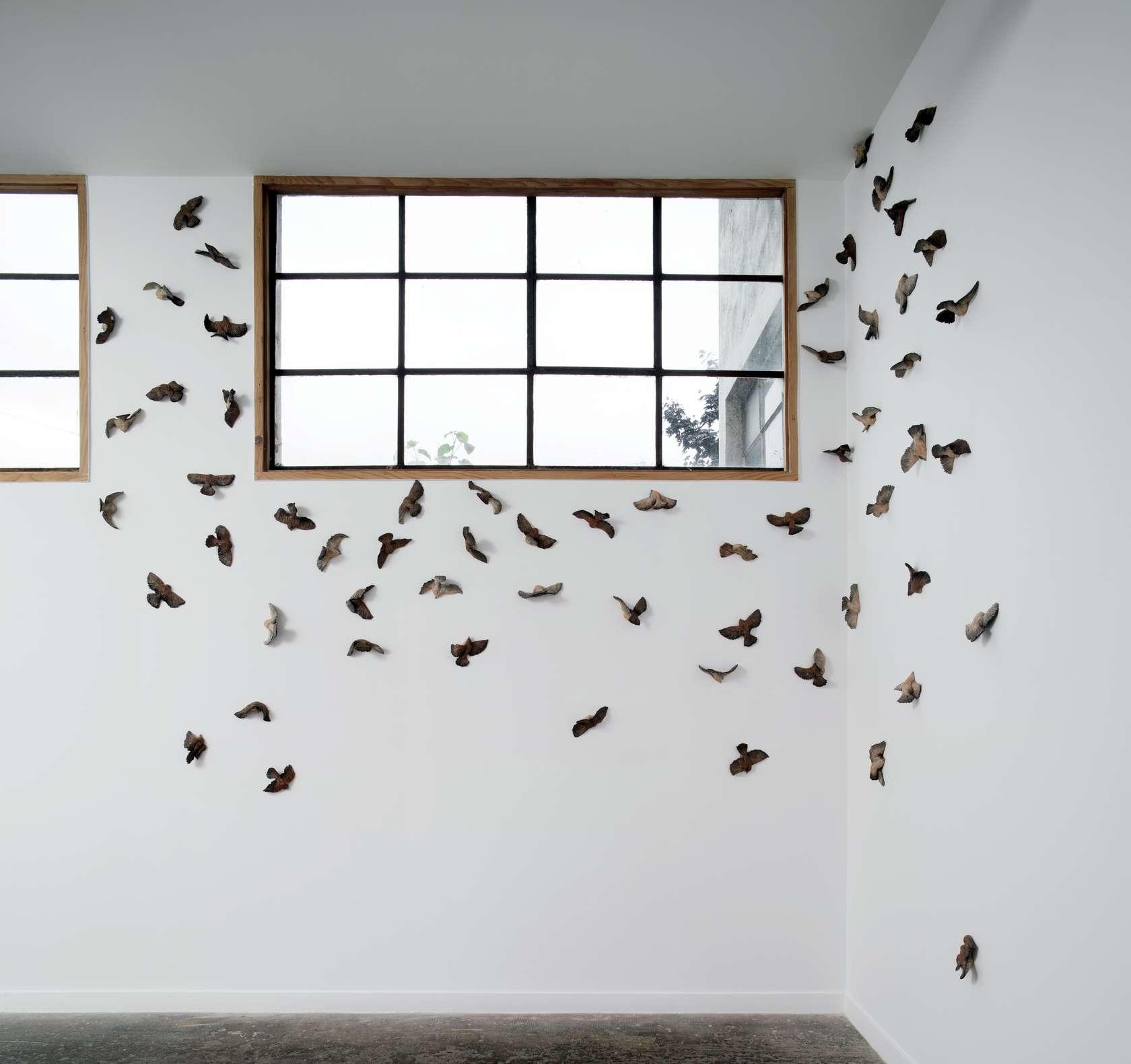 Sébastien Gouju, For the Birds, 2017 Céramique émaillée - 60 pièces