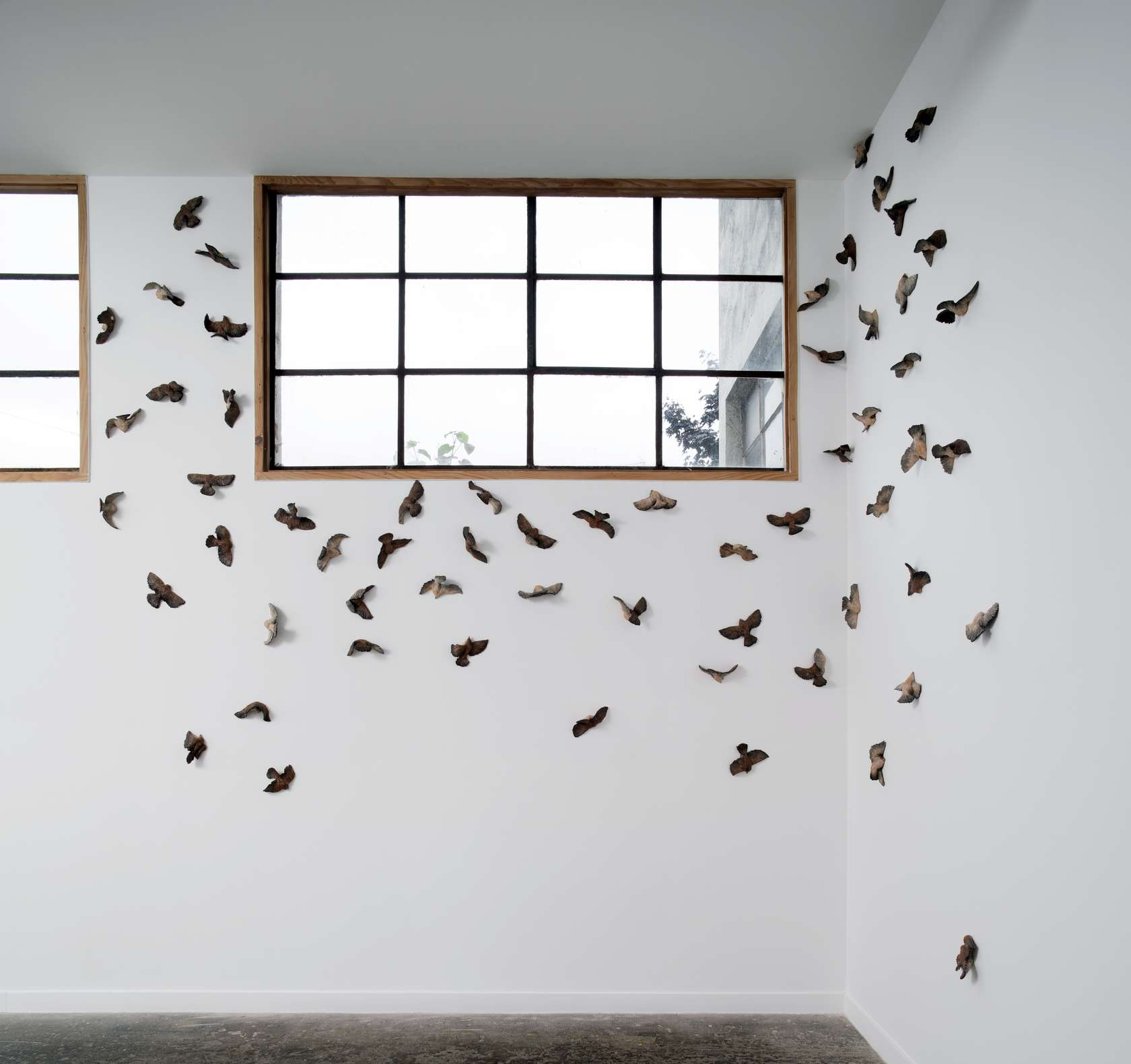 Sébastien Gouju, For the Birds, 2017 Ensemble de 55 céramiques émailléesDimensions variables  Chaque œuvre / Each work approx  9 × 22 × 9 cm / 3 1/2 × 8 5/8 × 3 1/2 in.
