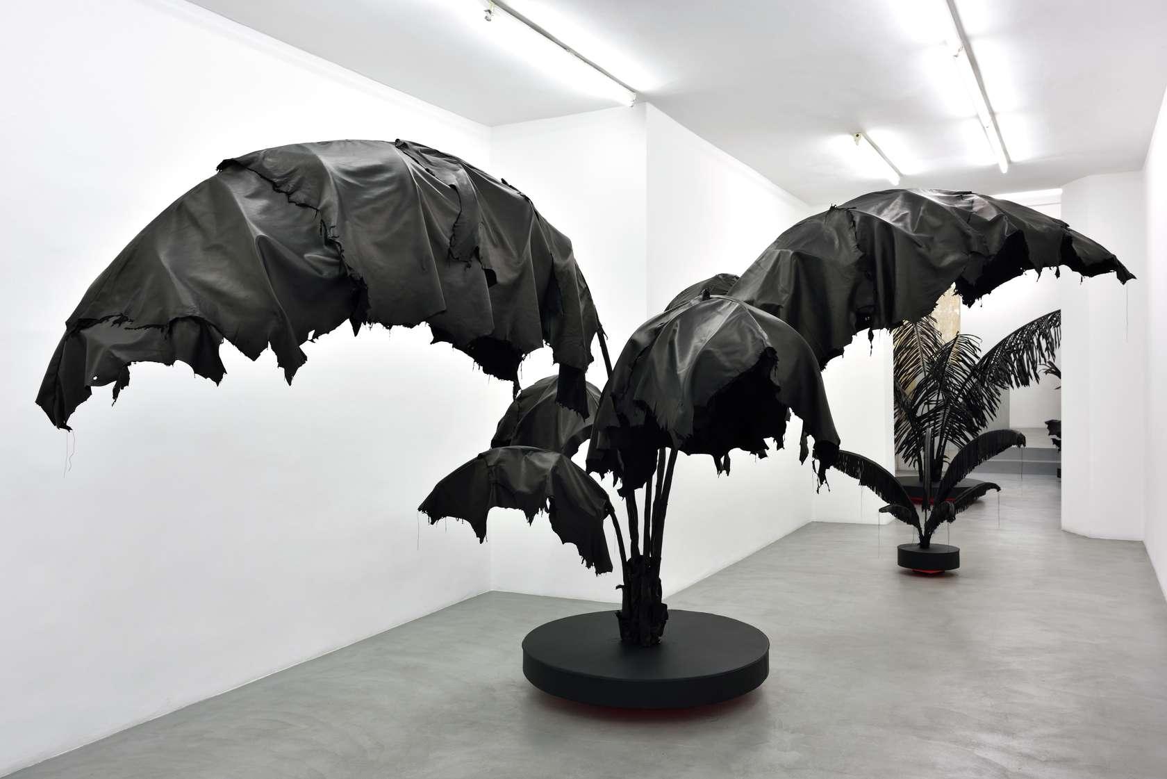Sébastien Gouju, Contre-jour (Bananier), 2019 Cuir, bois peint et acierApprox. 223 x 433 Ø 111 cm / 87 6/8 x 170 1/2 Ø 43 6/8 inches
