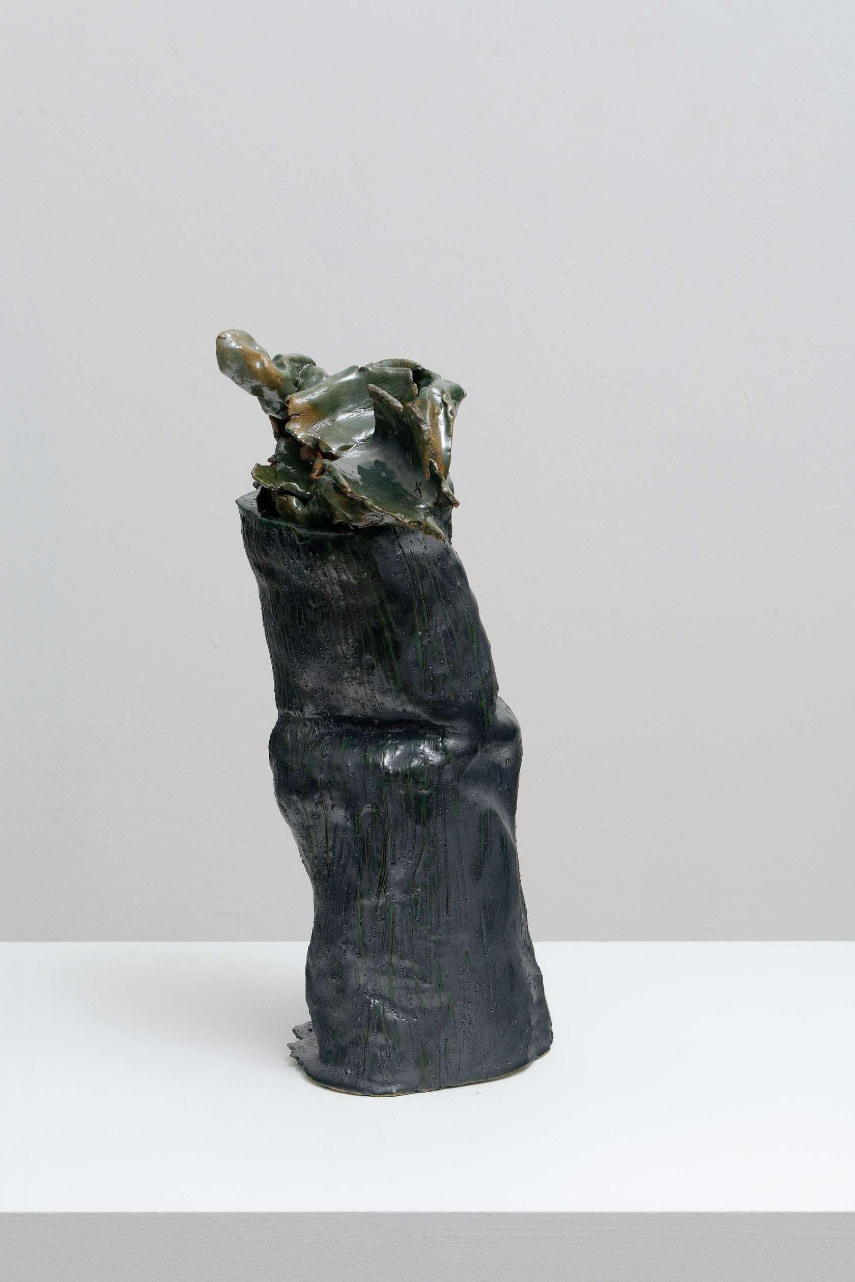 Salvatore Arancio, Untitled, 2019 Céramique émaillée45 x 20 x 19 cm / 17 6/8 x 7 7/8 x 7 1/2 inches