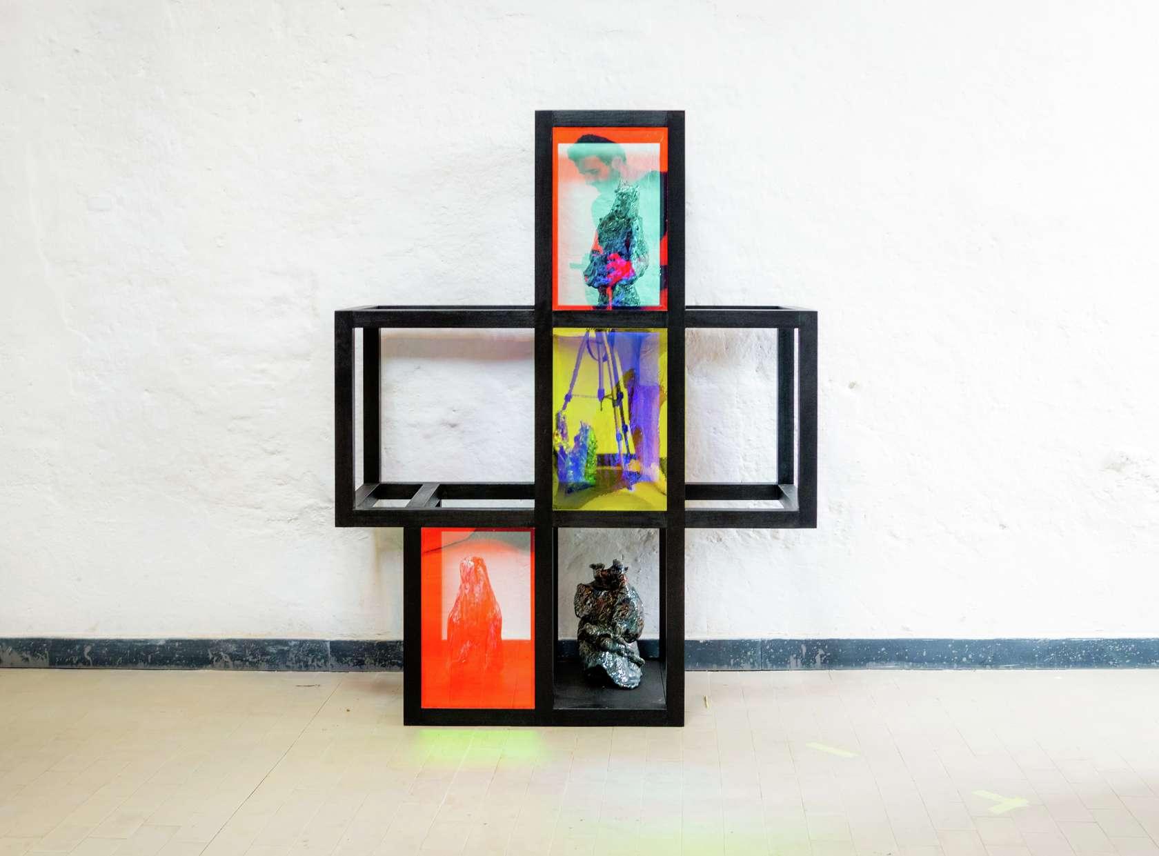 Salvatore Arancio, Like a Sort of Pompeii in Reverse, (Cabinet III), 2019 Structure en bois peint, filtres dichroïques et quatre céramiques136 × 106 × 38 cm / 53 1/2 × 41 6/8 × 15  in.