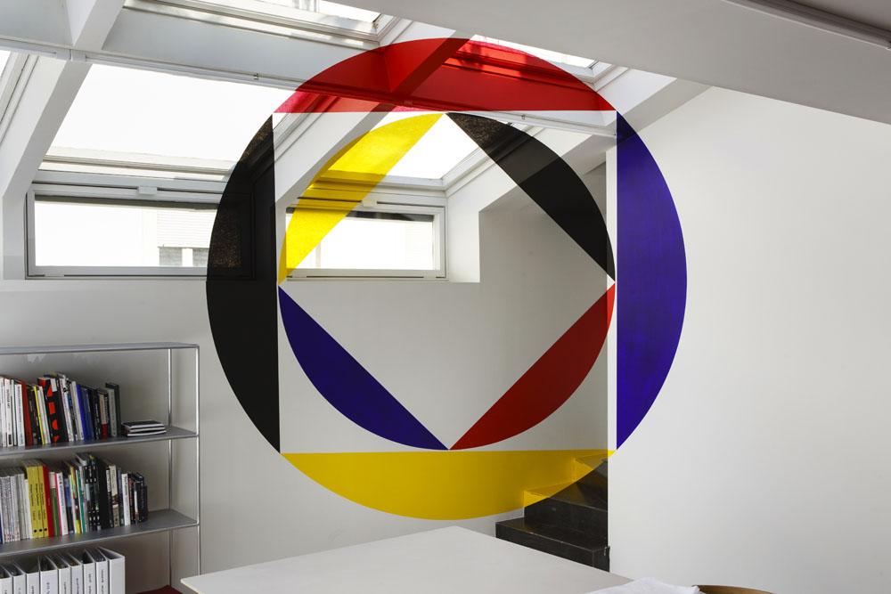 Felice Varini Rouge bleu jaune et noire entre les disques et les carrés Solo Gallery, Madrid (ES) 21 — 21 juin 2018